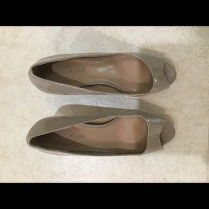 LIKE NEW Ann Taylor beige patent peep toe heels